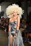 Ein Modell geht die Rollbahn an der Blonds-Modeschau Lizenzfreie Stockfotografie