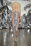 Ein Modell geht die Rollbahn an der Blonds-Modeschau Lizenzfreie Stockbilder