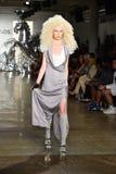 Ein Modell geht die Rollbahn an der Blonds-Modeschau Stockfotos
