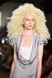 Ein Modell geht die Rollbahn an der Blonds-Modeschau Stockfoto