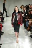 Ein Modell geht die Rollbahn an der Calvin Klein Collection Autumn Winter-Modeschau 2017 Stockbild