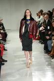 Ein Modell geht die Rollbahn an der Calvin Klein Collection Autumn Winter-Modeschau 2017 Lizenzfreie Stockfotografie