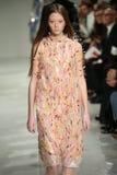 Ein Modell geht die Rollbahn an der Calvin Klein Collection Autumn Winter-Modeschau 2017 Stockfotografie