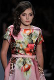 Ein Modell geht die Rollbahn an der Nancy Vuu-Modeschau Stockbild
