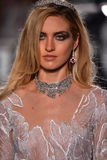 Ein Modell geht die Rollbahn, die Reem Acra an Tiffany und an Co trägt Stockfoto