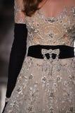 Ein Modell geht die Rollbahn, die Reem Acra an Tiffany und an Co trägt Stockbild