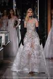 Ein Modell geht die Rollbahn, die Reem Acra an Tiffany und an Co trägt Stockbilder