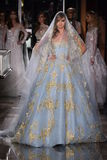 Ein Modell geht die Rollbahn, die Reem Acra an Tiffany und an Co trägt Stockfotografie