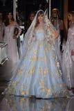 Ein Modell geht die Rollbahn, die Reem Acra an Tiffany und an Co trägt Lizenzfreie Stockfotos