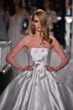 Ein Modell geht die Rollbahn, die Reem Acra an Tiffany und an Co trägt Lizenzfreies Stockfoto