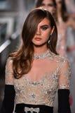 Ein Modell geht die Rollbahn, die Reem Acra an Tiffany und an Co trägt Lizenzfreies Stockbild