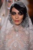 Ein Modell geht die Rollbahn, die Reem Acra an Tiffany und an Co trägt Stockfotos