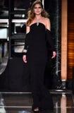 Ein Modell geht die Rollbahn, die Reem Acra an Tiffany und an Co trägt Lizenzfreie Stockfotografie