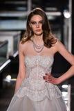 Ein Modell geht die Rollbahn, die Reem Acra an Tiffany und an Co trägt Lizenzfreie Stockbilder