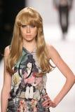 Ein Modell geht die Rollbahn in einem Design Herrn Triple X an der Art Hearts Fashions-Show während MBFW-Falles 2015 Lizenzfreie Stockfotos