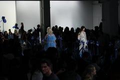 Ein Modell geht die Rollbahn für Adam Selman-Modeschau Stockfotos
