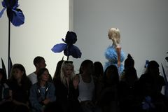 Ein Modell geht die Rollbahn für Adam Selman-Modeschau Lizenzfreie Stockfotografie
