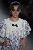 Ein Modell geht die Rollbahn für Dan Liu-Modeschau Stockfoto