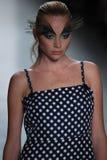 Ein Modell geht die Rollbahn für Dan Liu-Modeschau Stockbild