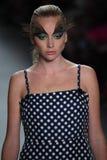 Ein Modell geht die Rollbahn für Dan Liu-Modeschau Stockbilder