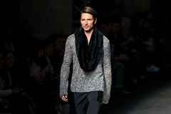 Ein Modell geht die Rollbahn für, das Sammlung an der 080 Barcelona die Mode-Woche Stockbild