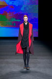 Ein Modell geht die Rollbahn für, das Sammlung an der 080 Barcelona die Mode-Woche Lizenzfreie Stockfotos