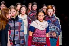 Ein Modell geht die Rollbahn für die Aldomartins-Sammlung an der 080 Barcelona die Mode-Woche der 2015 Fall-Winter Lizenzfreies Stockfoto