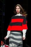 Ein Modell geht die Rollbahn für die Torras-Sammlung an der 080 Barcelona die Mode-Woche 2015 Lizenzfreie Stockfotos