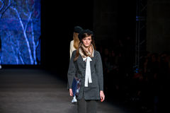 Ein Modell geht die Rollbahn für die Sita Murt-Sammlung an der 080 Barcelona Mode Lizenzfreies Stockbild