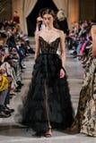Ein Modell geht die Rollbahn an Oscar De La Renta-Modeschau während New- Yorkmode-Woche der im Februar 2018 stockbild