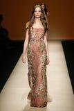 Ein Modell geht die Rollbahn während der Alberta Ferretti-Show als Teil Milan Fashion Weeks Lizenzfreies Stockbild
