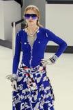 Ein Modell geht die Rollbahn während der Chanel-Show Stockbild