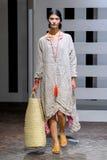 Ein Modell geht die Rollbahn während der Daniela Gregis-Modeschau Stockfotos