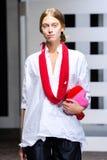 Ein Modell geht die Rollbahn während der Daniela Gregis-Modeschau Lizenzfreies Stockbild