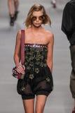 Ein Modell geht die Rollbahn während der Fendi-Modeschau Lizenzfreie Stockfotografie