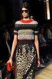 Ein Modell geht die Rollbahn während der Modeschau Bottega Veneta Stockbilder