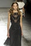 Ein Modell geht die Rollbahn während der Modeschau Les Copains Stockfotografie