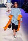 Ein Modell geht die Rollbahn während der MSGM-Modeschau Stockfoto