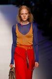 Ein Modell geht die Rollbahn während der MSGM-Modeschau Lizenzfreies Stockfoto