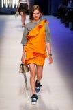 Ein Modell geht die Rollbahn während der MSGM-Modeschau Lizenzfreie Stockfotos