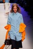 Ein Modell geht die Rollbahn während der MSGM-Modeschau Lizenzfreies Stockbild