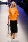 Ein Modell geht die Rollbahn während der MSGM-Modeschau Stockfotografie