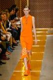 Ein Modell geht die Rollbahn während der Sportmax-Modeschau Lizenzfreies Stockbild