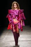 Ein Modell geht die Rollbahn während der Vivienne Westwood-Show als Teil der Paris-Mode-Woche stockfoto
