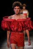 Ein Modell geht die Rollbahn während der Vivienne Westwood-Show als Teil der Paris-Mode-Woche lizenzfreie stockbilder