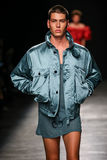 Ein Modell geht die Rollbahn während der Vivienne Westwood-Show als Teil der Paris-Mode-Woche lizenzfreie stockfotografie