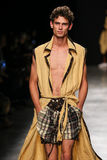 Ein Modell geht die Rollbahn während der Vivienne Westwood-Show als Teil der Paris-Mode-Woche stockfotos
