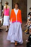 Ein Modell geht die Rollbahn während ich sind Isola Marras-Show als Teil Milan Fashion Weeks Lizenzfreie Stockfotos