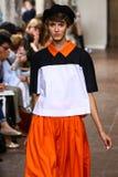 Ein Modell geht die Rollbahn während ich sind Isola Marras-Show als Teil Milan Fashion Weeks Lizenzfreie Stockfotografie