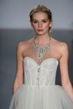 Ein Modell geht Rollbahn an Alvina Valenta-Modeschau während Brautder sammlung des Fall-2015 Stockbild